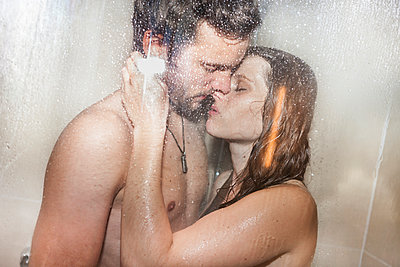 Umarmung unter der Dusche - p105m951294 von André Schuster