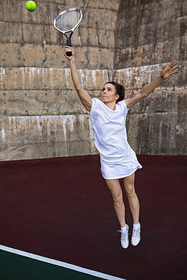 Woman playing tennis - p1315m2131519 by Wavebreak