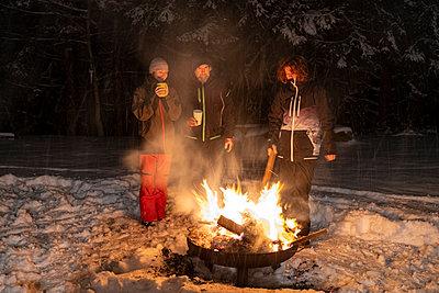 Feuerschale, Lagerfeuer im Schnee, im Winter, Familie, Deutschland - p300m2290640 von Lisa und Wilfried Bahnmüller
