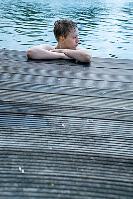 Woman in bathing lake - p427m2132106 by Ralf Mohr