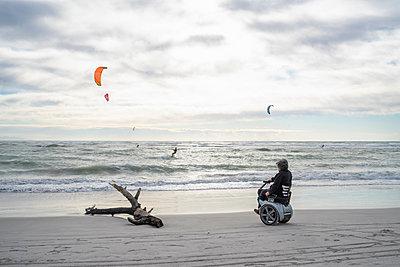 Man on wheels enjoying seaside - p429m2091342 by Francesco Buttitta