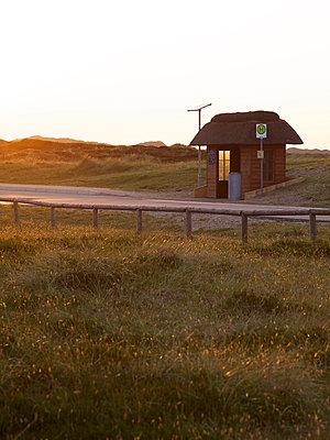 Bushaltestelle in den Dünen - p606m957494 von Iris Friedrich