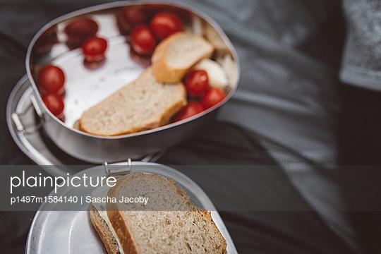Vegetarischer Snack in Brotdose - p1497m1584140 von Sascha Jacoby
