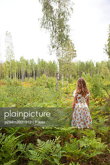 Junge Frau im Wald - p294m2031912 von Paolo
