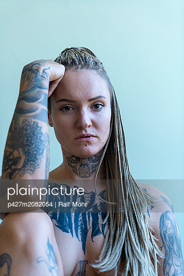 Tattooed woman - p427m2082054 by Ralf Mohr