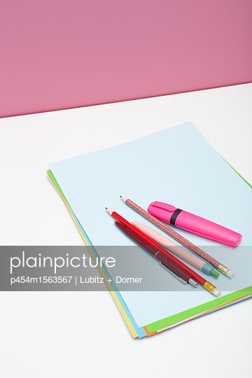 Stifte und Papier - p454m1563567 von Lubitz + Dorner