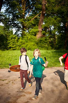 Drei Jungen unterwegs im Park - p1195m1138163 von Kathrin Brunnhofer