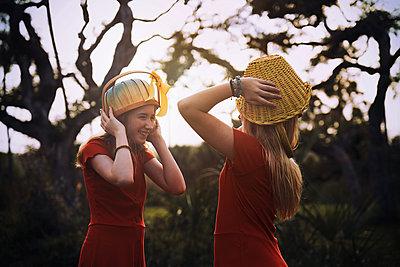 Schwestern in Rot - p1694m2291666 von Oksana Wagner