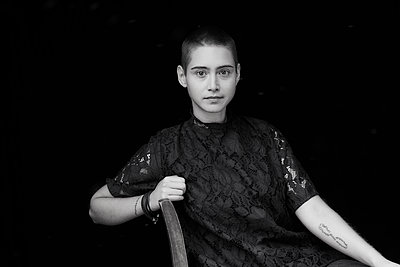 Portrait of sitting short-haired young woman - p300m2083524 by Jo Kirchherr
