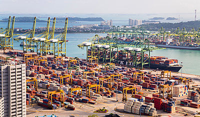 Elevated view of container terminal, cranes and container ship, Singapore, South East Asia - p429m1494155 by Henglein and Steets