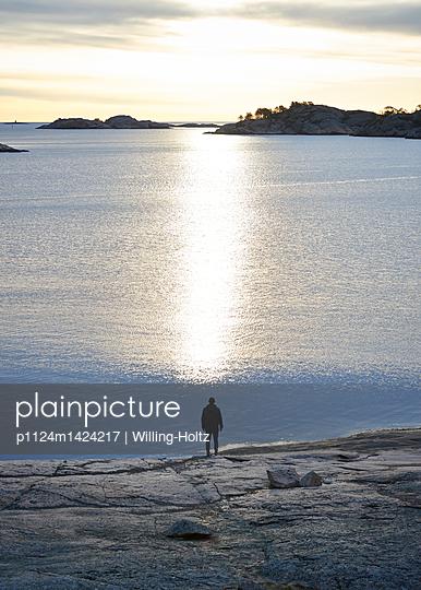 Mann an der Schärenküste im Gegenlicht - p1124m1424217 von Willing-Holtz
