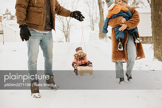 Canada, Ontario, Parents with children (12-17 months, 2-3) on winter walk - p924m2271196 by Sara Monika