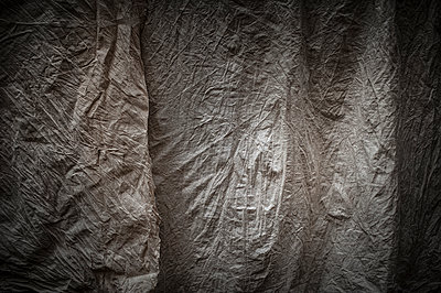 Wrinkles on a fabric - p1007m1144370 by Tilby Vattard