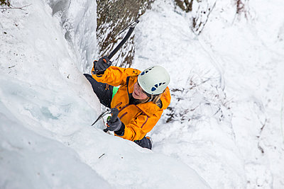High angle view of woman ice climbing at White Mountains during winter - p1166m1566938 by Cavan Images