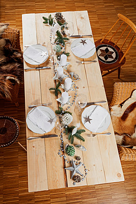 Festively decorated table for Christmas - p300m1535359 by Gaby Wojciech