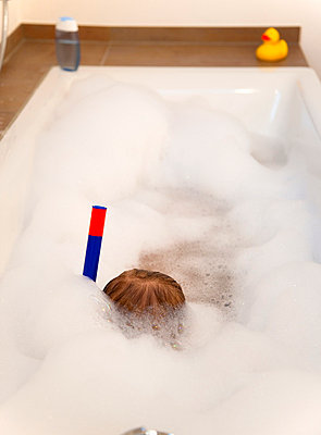Boy wearing snorkel in bathtub - p42914096f by Henglein and Steets