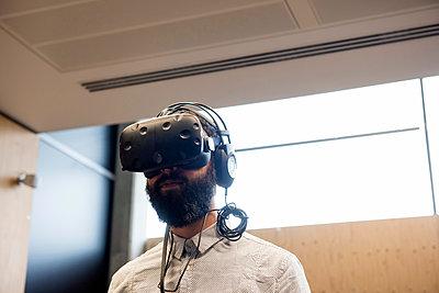 Man wearing virtual reality headset - p429m1513874 by G. Mazzarini