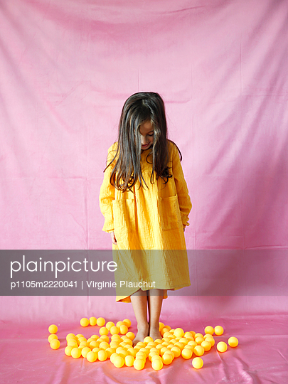 Little girl wearing yellow dress - p1105m2220041 by Virginie Plauchut