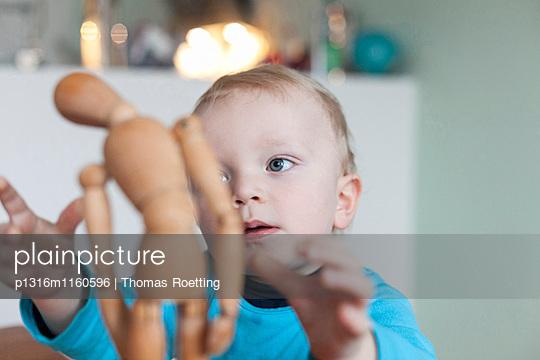 Junge spielt mit einer Gliederpuppe, Leipzig, Sachsen, Deutschland - p1316m1160596 von Thomas Roetting