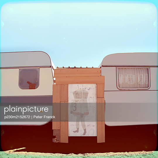 Two caravans with screen - p230m2152672 by Peter Franck