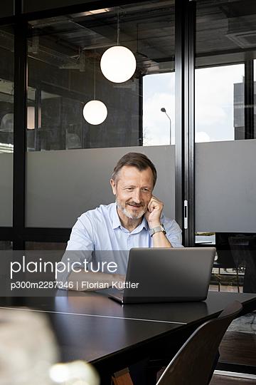 Germany, Rostock, Office, Team, Coworking - p300m2287346 von Florian Küttler
