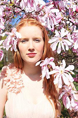 Woman in between flowers - p0452679 by Jasmin Sander