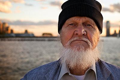 Portrait of senior man wearing knit hat - p1166m1086012f by Francesco Ridolfi