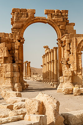 Ruinen des Hadrianstors der Oasenstadt und UNESCO-Weltkulturerbe Palmyra/Tadmor nahe Damaskus, Syrien - p1493m2063555 von Alexander Mertsch