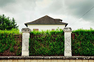 Haus hinter der Hecke I - p248m912082 von BY