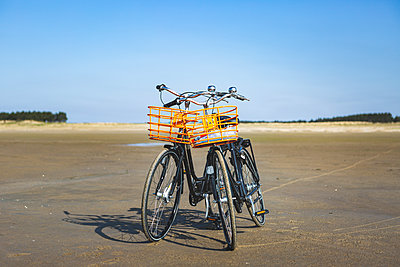 Denmark, Romo, Bicycles left on sandy beach - p300m2273631 by Anke Scheibe