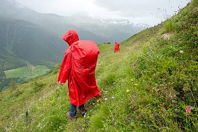 Wandern im Regen - p427m763847 von R. Mohr