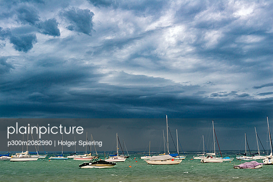 Germany, Lake Constance, Hagnau, boats anchoring, weather front - p300m2082990 by Holger Spiering