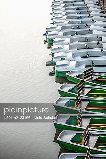 Boats moored in a row, Tuebingen, Baden-Wurttemberg, Germany - p301m2123166 by Niels Schubert