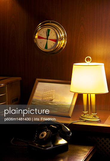Bakelit Telefon an Bord - p606m1481430 von Iris Friedrich