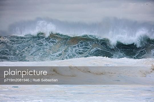 Brechende Wellen am Strand von Nazaré - p719m2081946 von Rudi Sebastian