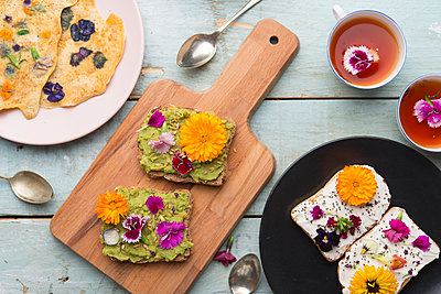 Toast with avocado hummus and sprad cheese with edible flowers - p300m2024064 by skabarcat