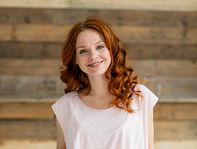 Portrait of smiling redheaded woman - p300m2140822 by Kniel Synnatzschke