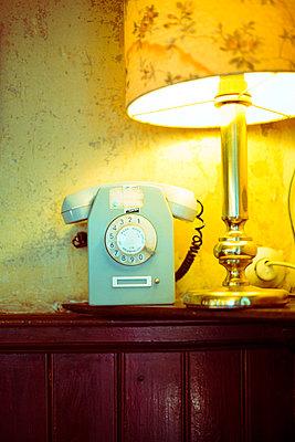 Altes Telefon - p432m901666 von mia takahara
