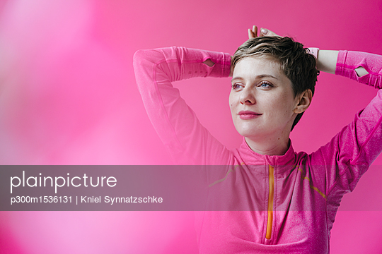 Portrait of woman in pink sportswear - p300m1536131 by Kniel Synnatzschke
