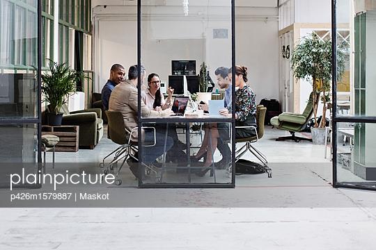 plainpicture - plainpicture p426m1579887 - Business people discussing ... - plainpicture/Maskot