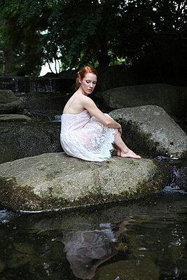 Frau am kleinen Wasserfall - p045m1044134 von Jasmin Sander