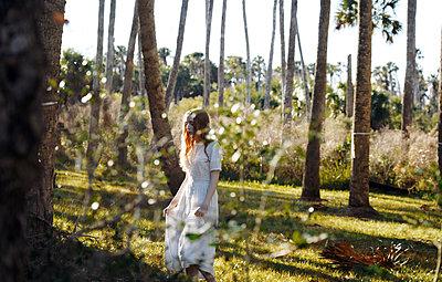 Junges Mädchen zwischen Bäumen - p1694m2291678 von Oksana Wagner