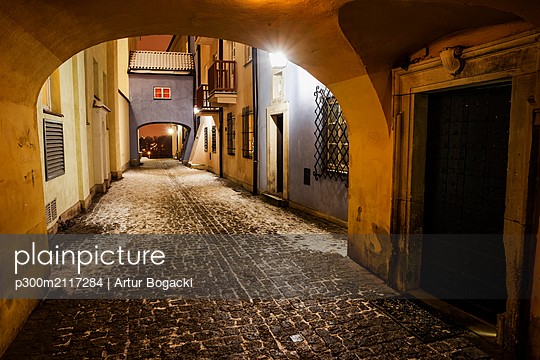 Cobbled street on winter night in the Old Town, Warsaw, Poland - p300m2117284 by Artur Bogacki