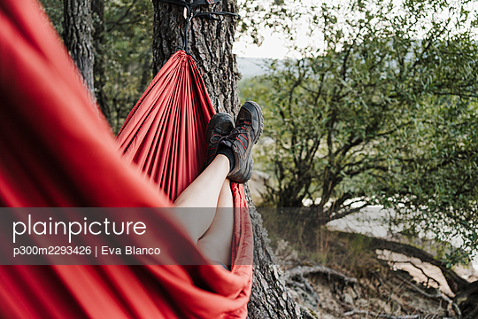 Young woman with feet up relaxing on hammock - p300m2293426 by Eva Blanco