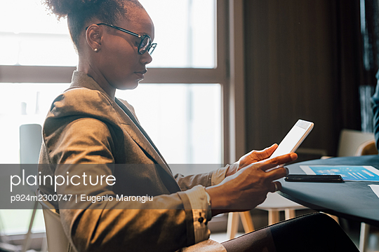 Italy, Profile of businesswoman using digital tablet in creative studio - p924m2300747 by Eugenio Marongiu