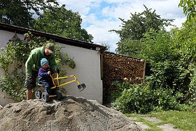 Baggern im Garten - p116m2015646 von Gianna Schade
