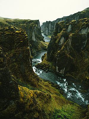 Fjaðrárgljúfur-Canyon auf Island - p1549m2125431 von Sam Green
