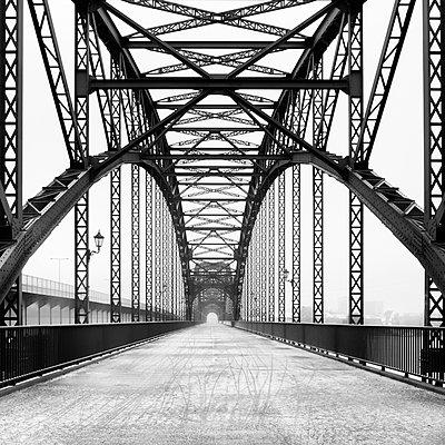 Verlassene Fußgängerbrücke - p1696m2294416 von Alexander Schönberg