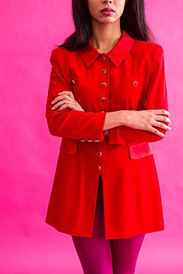 Frau in rotem Kleid - p427m1552891 von R. Mohr