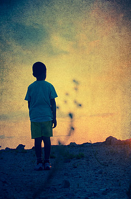 Little boy watching the sunset  - p794m945917 by Mohamad Itani